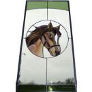 Tiffanypaardje verwerkt in een raam. Dit raam wordt geplaatst in een voordeur met gebogen kozijn als zicht, vandaar de toog bovenin.